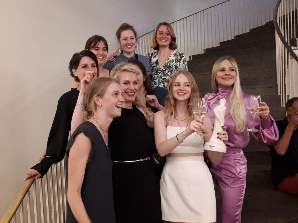 Fahmoda Gewinnerinnen des Frankfurt Style Award 2019, Alle Finalistinnen, Gewinnerinnen zusammen mit der Akademieleiterin Frau Frömbgen-Penkert.